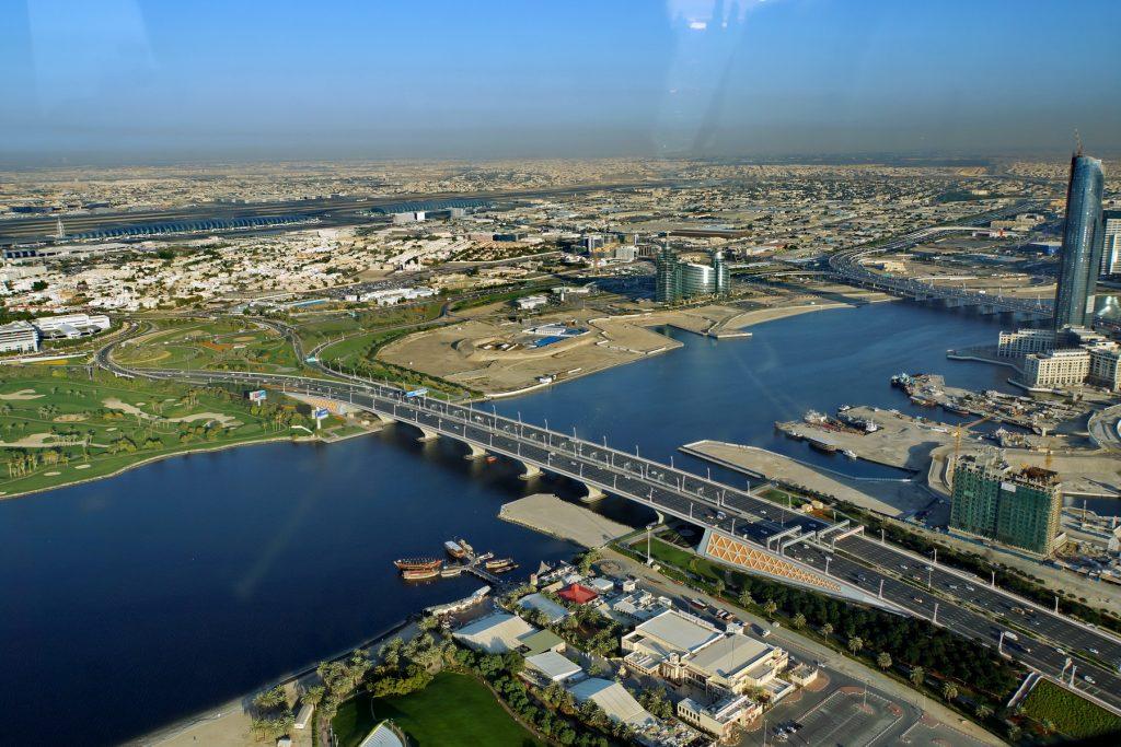 Kanał Dubai Creek i lotnisko w oddali