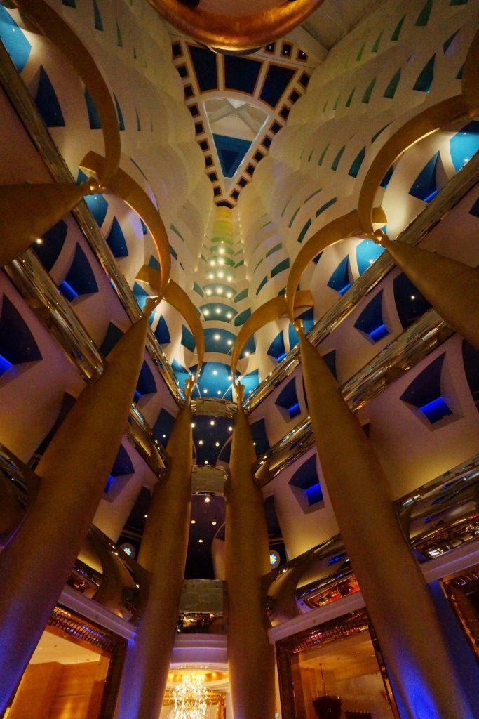 Puste atrium aż do szczytu hotelu