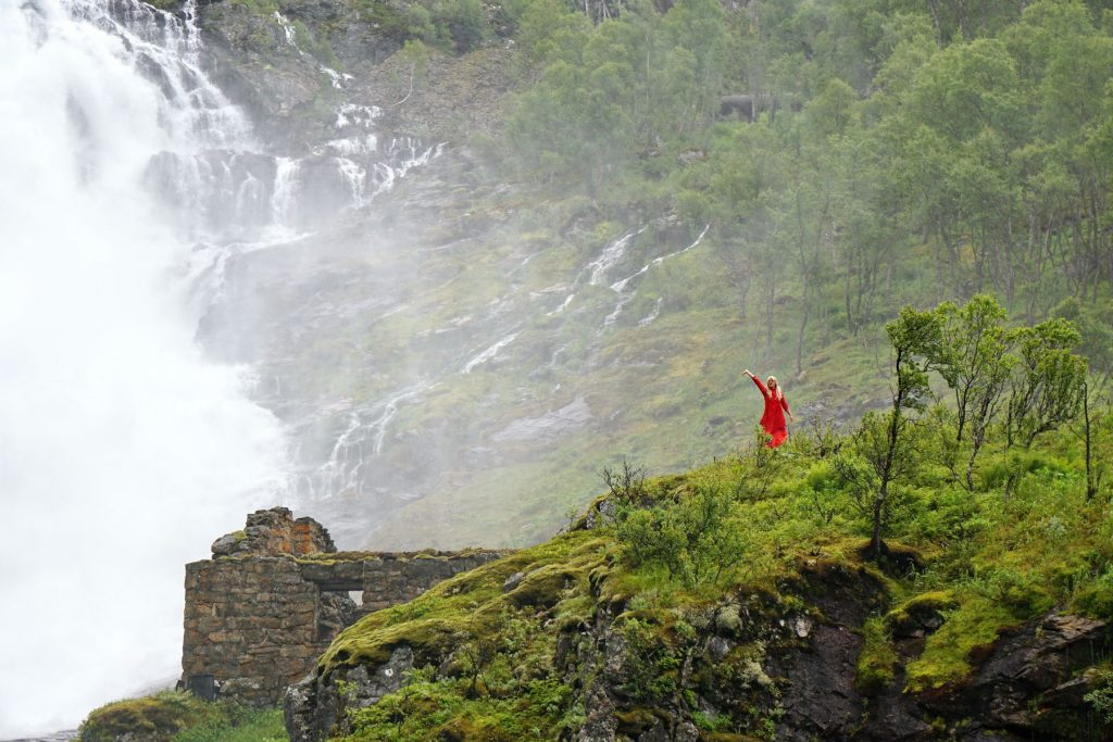 Wodospad Kjosfossen - tańcząca Huldra